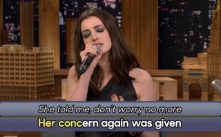 Anne Hathaway cantó con letras traducidas por Google Traductor