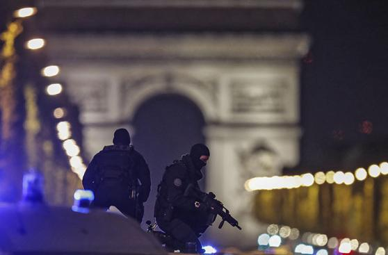Alerta máxima en París por ataque terrorista en Campos Elíseos