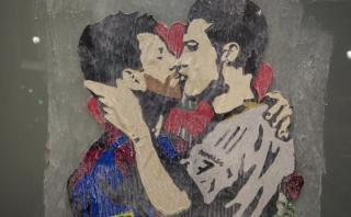 Un grafiti de Messi y Ronaldo besándose causa furor en España