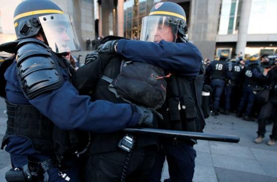 Francia: Antifascistas chocan con la policía tras elecciones