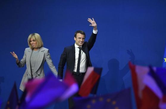 Macron y su esposa 24 años mayor que él en fotos