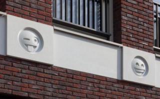 Arquitecto decora fachada de edificio con emojis de WhatsApp