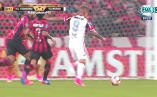 Paolo Guerrero casi regala un golazo en la Copa Libertadores