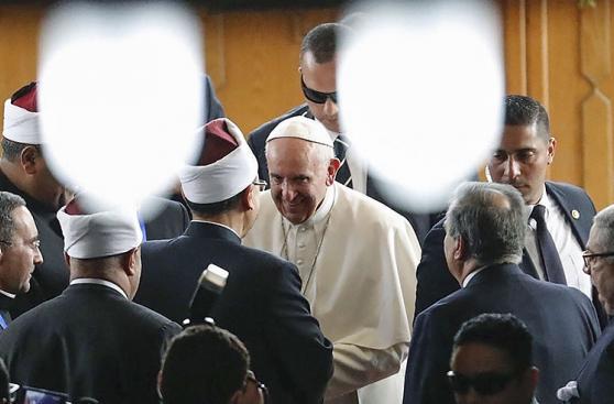 Francisco llega a El Cairo, Egipto, en una visita arriesgada