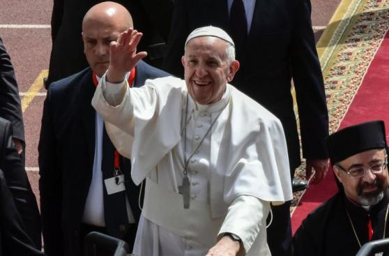 El papa Francisco se despide de Egipto rodeado de miles