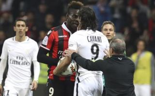 Balotelli y Cavani tuvieron fuerte discusión durante un partido