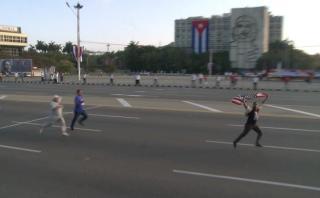 Cuba: Hombre es detenido por sacar bandera de EE.UU. en desfile
