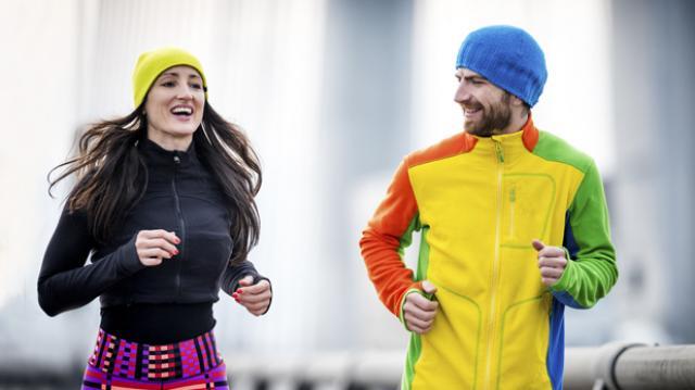 ¿Me debo desabrigar al correr cuando cambia el clima?