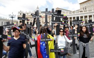 Venezolanos protestan frente al Papa con cruces negras