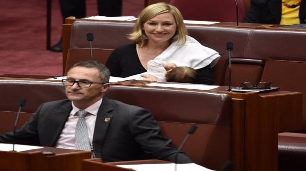Amamantó a su bebé durante sesión parlamentaria e hizo historia