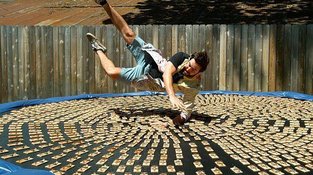 La impresionante cámara lenta del salto sobre 1.000 ratoneras