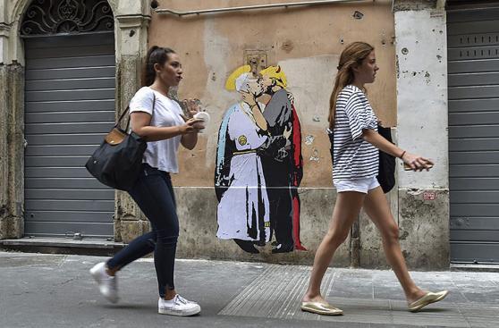 Mural del papa besando a Trump se volvió una atracción en Roma