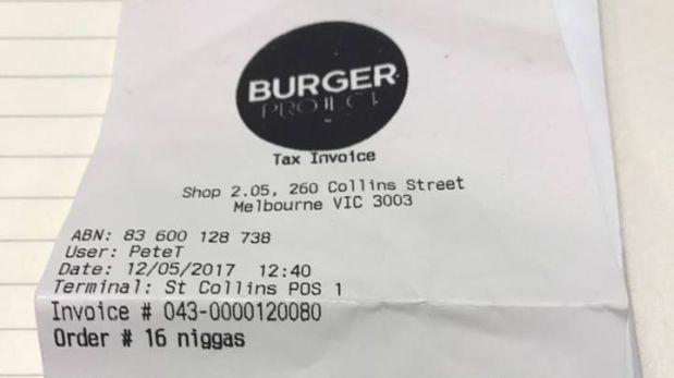 Despidieron a empleado de restaurante por trato racista