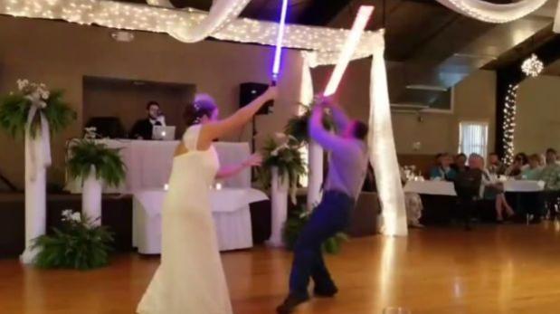 Facebook: novios sorprenden con pelea 'jedi' durante boda
