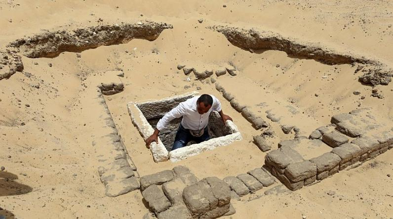 Un hombre sale del recién descubierto cementerio en Minya, en Egipto. (Foto: Reuters)
