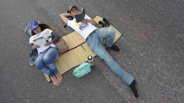 Venezuela: Bloquean vías con sillas de playa y juegos de mesa