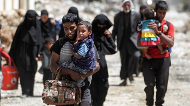 Miedo, hambre, y huida: los refugiados llegan por miles cada día al campo de Hamam al Alil, atormentados por el infierno de Mosul, los combates y el terror sembrado por los yihadistas del grupo Estado Islámico (EI). (Foto: AFP)