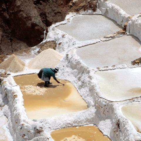 Señora de la comunidad de Maras extrayendo la sal.