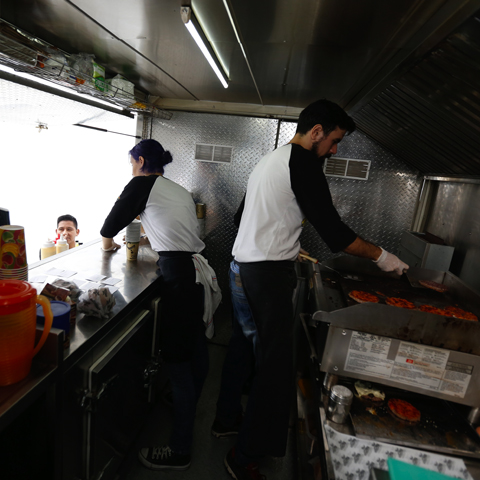 Food Trucks del Perú atendiendo a sus clientes.