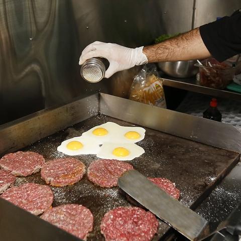 En el proceso de preparación de una hamburguesa.