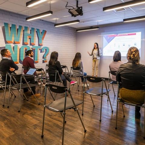 Sala de reuniones: estos espacios se reservan por horas para recibir clientes, tener reuniones o hacer presentaciones.