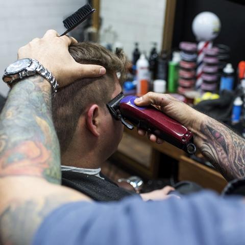 Cada barbería tiene su estilo, y en Mr.Jacobs toda la ambientación remite a algo antiguo, detenido en el tiempo, pero también sofisticado y elegante.