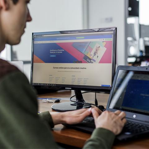 Crehana es una plataforma online que ofrece cursos de la industria creativa.