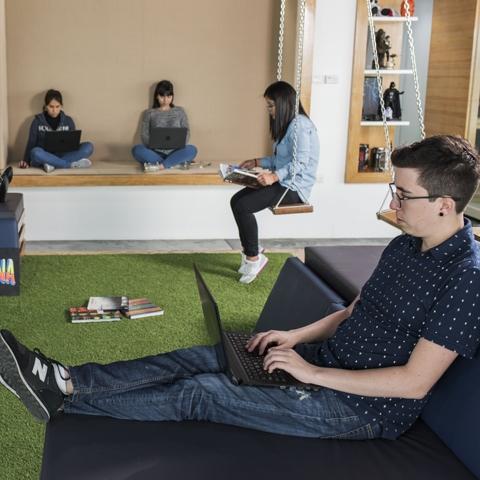 En enero (2017), se mudaron a una moderna oficina, en el piso 20 de un edificio, donde ya suman 30 colaboradores, de entre 21 y 25 años, especializados en tecnología, marketing y desarrollo.