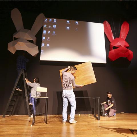 """""""Conejo Blanco Conejo Rojo"""" también está en cartelera. Es una obra solo para un actor, quien se enterará recién de su papel cuando suba al escenario."""