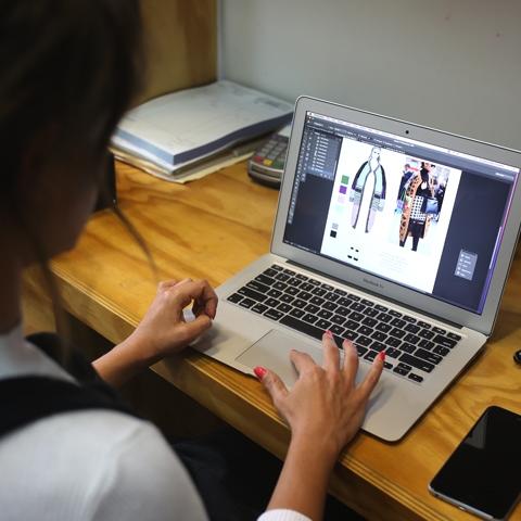 Escudo es un proyecto de diseño contemporáneo con un proyecto social detrás, que es el apoyo a comunidades de la sierra y selva, quienes además trabajan en la producción de las prendas.