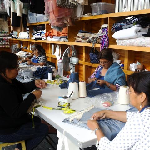 En total, deben sumar alrededor de 100 tejedores los que participan en la confección de las prendas, que suman cerca de 3,000, para dos colecciones anuales y una colección más pequeña, llamada cápsula.