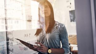 ¿Qué normas a favor de la mujer se practican en las empresas?