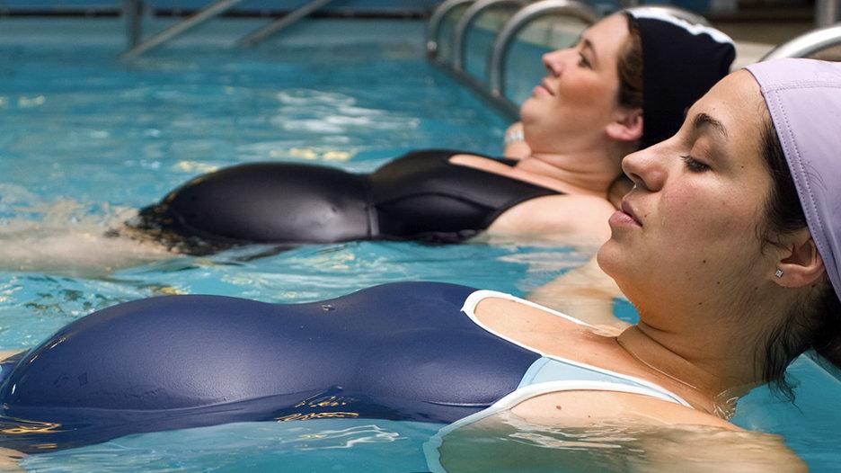 Aquagym: Este deporte actúa como relajante muscular y activa la circulación sanguínea, favoreciendo la reeducación de la respiración y la postura.