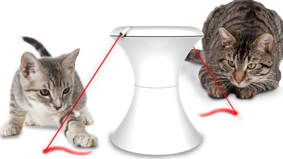 Frolicat Bolt Laser. Este juguete con puntero láser es el mejor regalo que podrás hacerle a tu gato. Desde que se enciende, el juego dura 15 minutos.