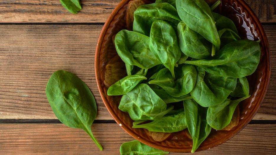 Espinaca. Contiene carotenoides, lo que la convierte en el alimento ideal para evitar el cáncer de mama, esto debido también a que contiene 13 fitonutrientes.