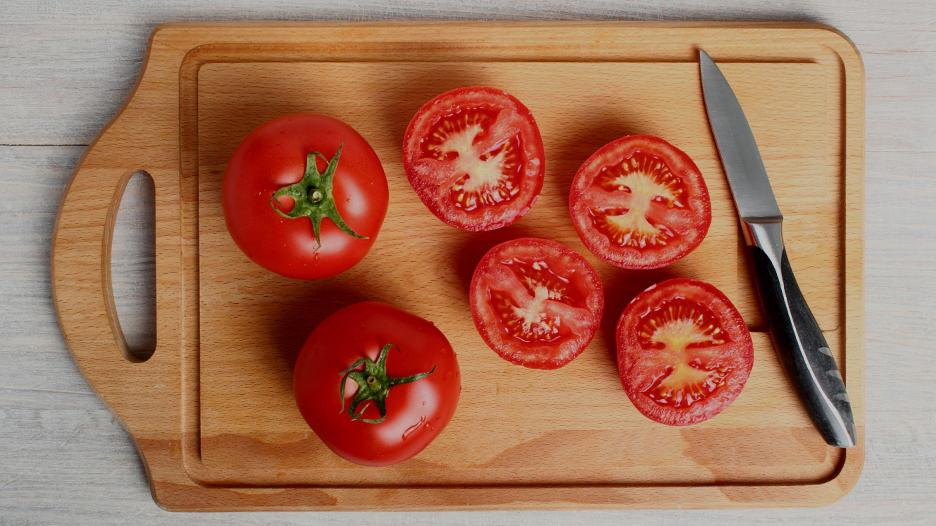 """Tomate. Gracias a que contiene licopeno, este fruto podría contribuir a reducir el riesgo de cáncer de próstata. Asimismo, un estudio publicado en la revista europea """"Nutrición Hospitalaria"""" explica que, con el calor, el licopeno intensifica su potencial antioxidante en comparación con el tomate crudo."""