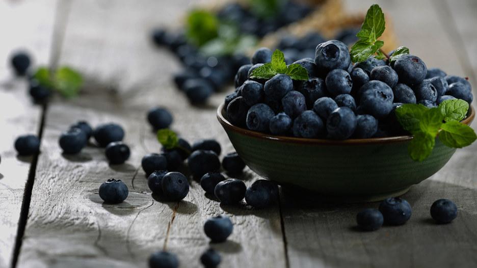 Arándanos. Además de vitamina C y K, esta fruta es uno de los mayores antioxidantes gracias a sus fitoquímicos. Se recomienda comerla cruda a diario (media taza) y combinar con otras frutas o cereales integrales.