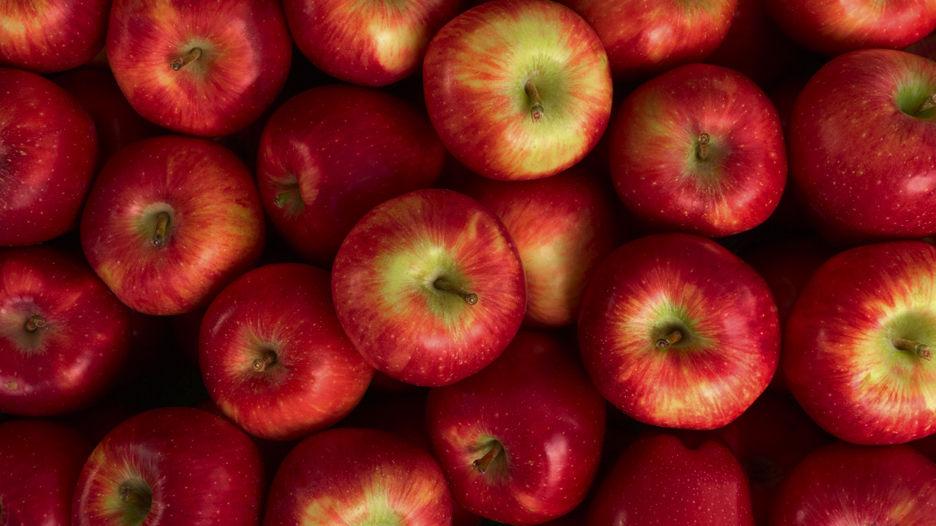 Manzana. Posee quercitina (propiedades antiinflamatorias y antioxidantes), flavonoides y antocianinas en las de color rojo, así como triterpenos en su cáscara, todas ellas sustancias beneficiosas para la salud, específicamente como protectores cardiovasculares.