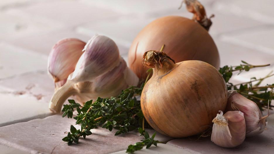 Cebollas y ajos. Sí, son la base de todos nuestros aderezos, pero estas verduras tipo allium podrían contribuir en prevenir el cáncer de estómago.