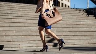 7 cosas que debe llevar toda mujer de negocios en su bolso