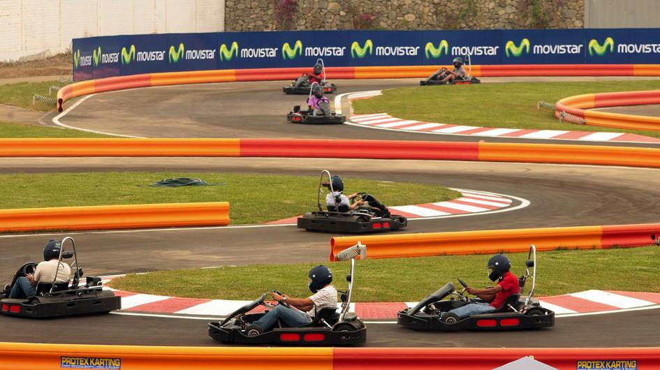 2. Karts. En el Kartodromo Racing Dakart (Asia) existe un circuito para niños de 7 a 14 años, pero también es posible subirse a karts duales o tándem para padres e hijos (de 3 a 6 años). Otro circuito es el Formula Kart, en el Rímac.