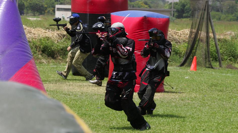 5. Paintball. Una batalla de paintball es una actividad al aire libre en la que toda la familia puede involucrarse. En Lima existen diferentes campos, como Paintball Zona XV, Xtreme Park y Peru Paintball. La edad mínima es de 8 años.
