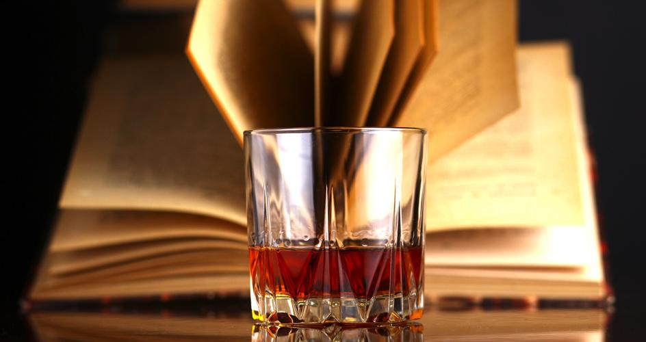 La literatura también tiene un espacio dedicado a profundizar sobre catas, pruebas, vasos y cócteles hechos en base al whisky.