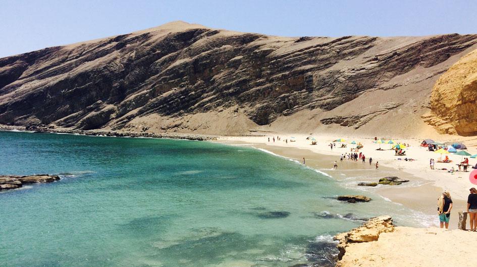 La Mina. El agua limpia y de color esmeralda, la hace ideal para acampar. Está a solo cinco horas de Lima. Se accede a pie luego de una caminata de 15 minutos.