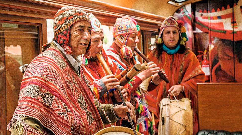 En este servicio privado de Inca Rail pueden viajar hasta ocho pasajeros. El grupo disfruta de una sala de espera VIP en Ollantaytambo, balcón al aire libre, bar, menú degustación y música en vivo.
