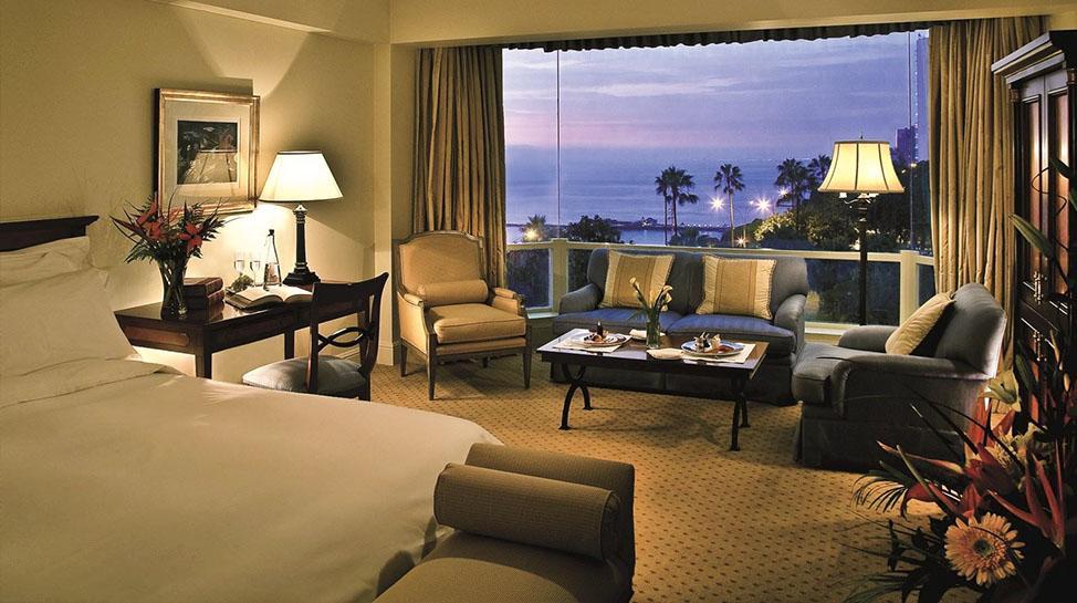 4. Belmond Miraflores Park. Camas tamaño king, baños de mármol, vistas panorámicas al mar y piscinas privadas forman parte de las suites del hotel.