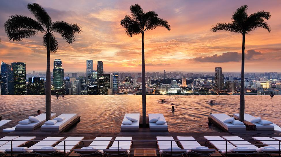 Singapur. En el hotel Marina Bay Sands está la piscina más grande del mundo con 150 metros de largo y capacidad para 4 mil personas.