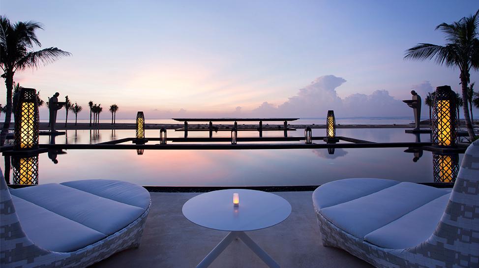 Bali.  Mulia Villa y Mulia Nusa Dua  tienen la piscina más larga de la isla. Tiene una hermosa vista hacia el océano Índico.