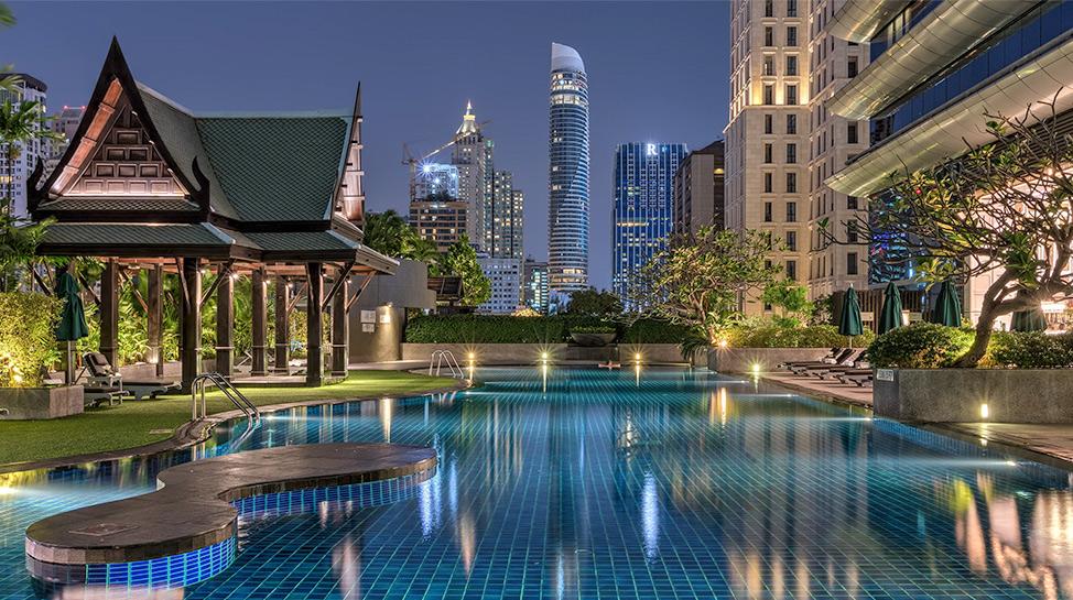 Tailandia En la azotea del hotel Athenee de Bangkok está la piscina de estilo laguna.