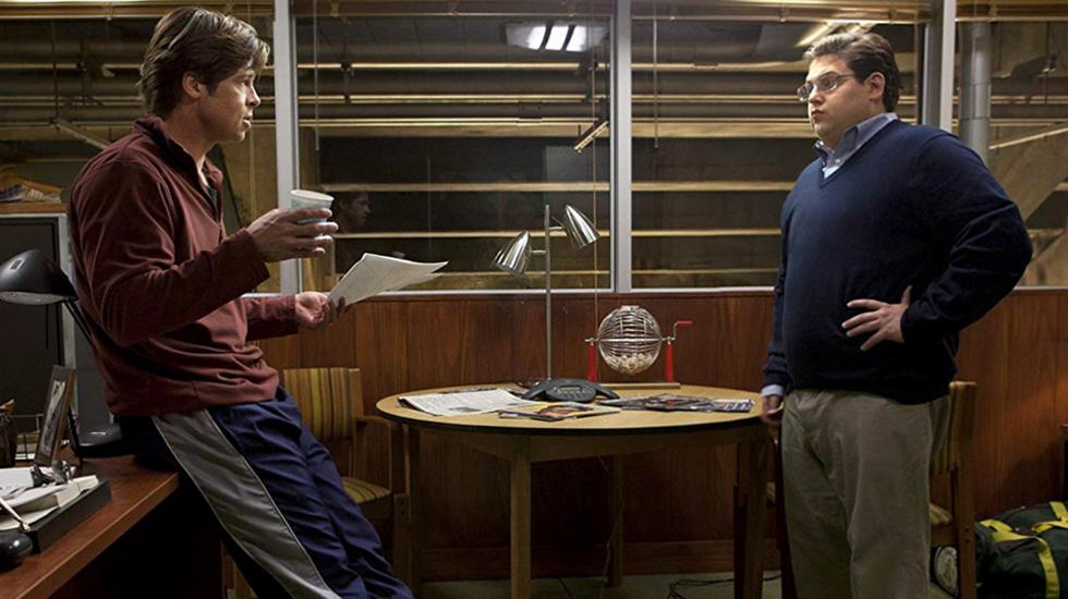 MONEYBALL. Esta película está basada en la historia real de un equipo de béisbol de las grandes ligas de California. Su gerente, Billy Beane (Brad Pitt), debe mantener al equipo en los primeros puestos en su categoría, con pocos recursos económicos.